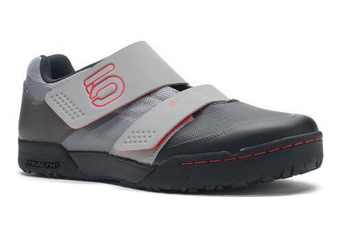 Cinq Chaussures Gris Avec Des Hommes De Fermeture Velcro lfdQE0D